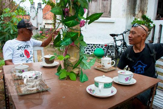 berbincang ngobrol cerita dengan pak nono juru rawat pelihara rumah pocong di banguntapan kotagede yogyakarta