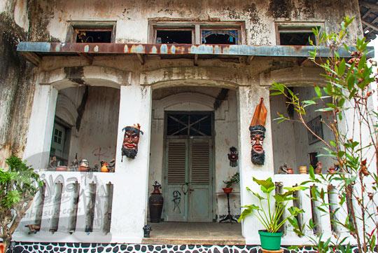 foto teras depan bangunan rumah pocong di banguntapan kotagede yogyakarta yang penuh topeng dan patung suku primitif dan jadi tempat penampakan kuntilanak serta pocong sumi