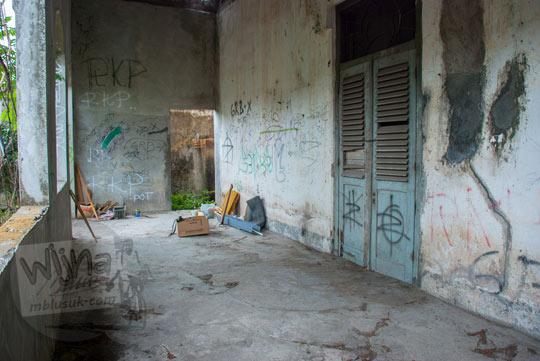 foto kondisi suasana teras belakang rumah pocong di banguntapan kotagede yogyakarta yang jadi tempat penampakan kera putih dan berdekatan dengan sumur tua angker