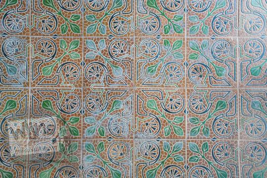 foto tegel tua antik bermotif sulur dan daun yang menjadi penghias lantai bangunan tua rumah pocong di banguntapan kotagede yogyakarta kondisinya masih relatif bagus dan kalau dijual harganya mahal