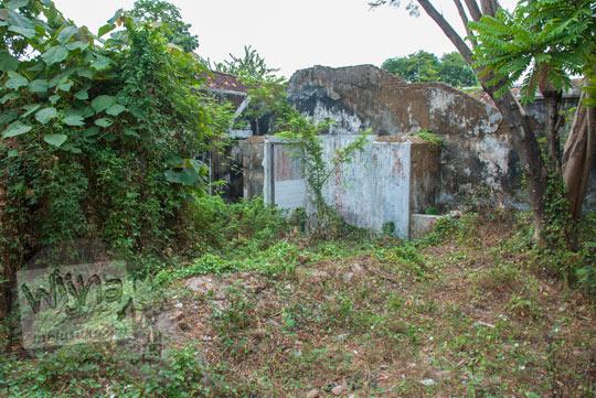 foto bekas bangunan reruntuhan kamar mandi toilet dan dapur rumah pocong di banguntapan kotagede yogyakarta yang letaknya ada di pojok halaman belakang yang tidak terawat