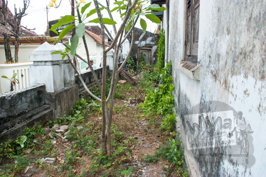 foto gang di sisi barat halaman rumah pocong di banguntapan kotagede yogyakarta yang dilengkapi pintu tidak semua orang bisa masuk karena angker