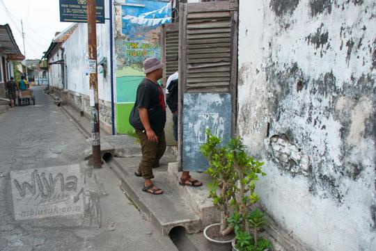foto letak lokasi pintu rahasia di luar pagar tembok rumah pocong di banguntapan kotagede yogyakarta untuk masuk ke halaman belakang