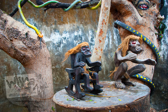 benda karya seni patung suku primitf untuk santet dan ular-ularan yang menjadi pajangan hiasan rumah pocong di banguntapan kotagede yogyakarta