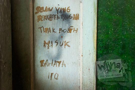 foto pintu zaman dulu yang menceritakan misteri isi kamar depan rumah pocong di banguntapan kotagede yogyakarta yang selalu terkunci dan terlarang dimasuki
