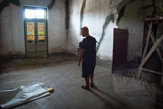 foto suasana kondisi di dalam ruang tamu dan ruang keluarga bangunan tua rumah pocong di banguntapan kotagede yogyakarta pengap berdebu tidak ada barang antik