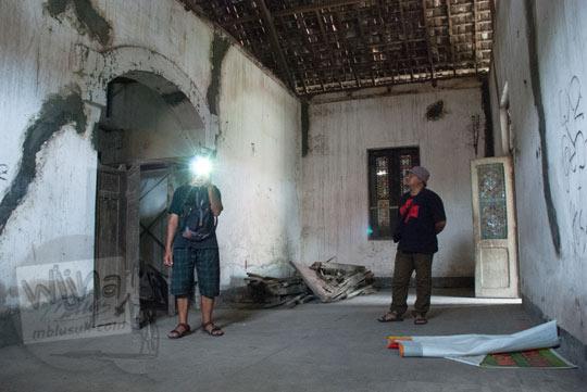 foto penampakan bulatan cahaya tertangkap kamera dslr ciri khas penampakan makhluk gaib saat memotret di dalam ruang tengah rumah pocong di banguntapan kotagede yogyakarta