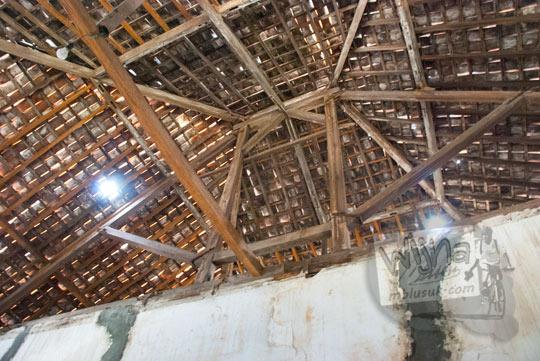 foto kayu penyangga langit-langit dan atap bangunan tua rumah pocong di banguntapan kotagede yogyakarta yang katanya sering jadi tempat penampakan makhluk gaib kuntilanak
