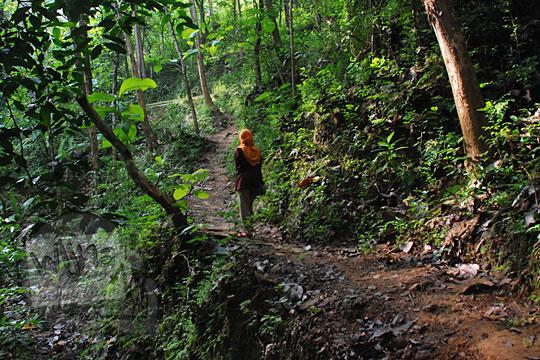 cewek jilbab jalan kaki menembus hutan menuju ke grojogan pucung seloharjo pundong bantul yogyakarta
