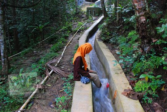cewek jilbab kuning kakinya main air di saluran air dalam hutan ke arah grojogan pucung seloharjo pundong bantul yogyakarta
