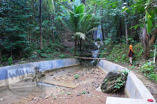 penampakan dam sungai yang kondisinya kering di dalam hutan dekat grojogan pucung seloharjo pundong bantul yogyakarta