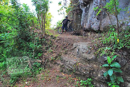 jalan setapak hutan menuju lokasi Situs Sumur Bandung di kawasan perbukitan Piyungan Bantul Yogyakarta