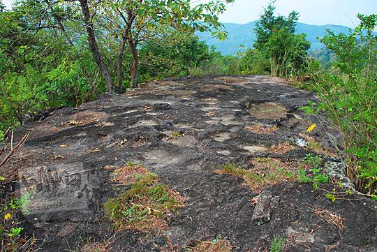 pelataran hamparan batu puncak tebing di desa srimulyo Piyungan Bantul Yogyakarta lokasi Sumur Bandung