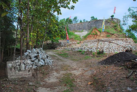 kondisi area parkir kendaraan mobil dan sepeda motor di objek wisata alam watu tumpak atau watu bener di srimulyo piyungan bantul yogyakarta
