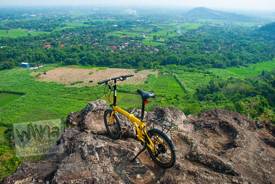 tempat lokasi bersepeda menarik unik eksotis tersembunyi di yogyakarta bernama watu tumpak atau watu bener di piyungan bantul yogyakarta