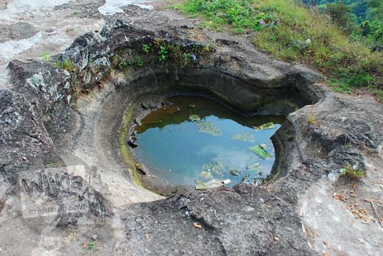 lokasi alamat sumber mata air keramat berkhasiat di puncak obyek wisata alam watu bener di piyungan bantul yogyakarta