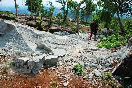 batu-batu bukit gamping tebing di kawasan watu tumpak di piyungan bantul yogyakarta dipapras dihancurkan untuk membuat jalan setapak bagi pengunjung