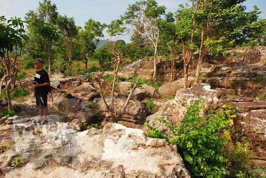 suasana di sekitar kawasan pinggir tebing objek wisata alam watu tumpak atau watu bener di desa srimulyo kecamatan piyungan bantul yogyakarta