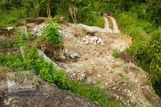 fenomena sosial penambangan batu alam liar oleh warga di sekitar obyek wisata watu bener di desa srimulyo kecamatan piyungan bantul yogyakarta