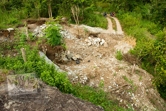 fenomena sosial penambangan batu alam liar oleh warga di sekitar objek wisata watu bener di desa srimulyo kecamatan piyungan bantul yogyakarta