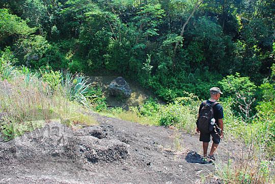 rute jalan panduan arah menuju dasar jurang tempat gua keramat song kamal yang letaknya tidak jauh dari objek wisata watu tumpak di desa srimulyo piyungan bantul yogyakarta