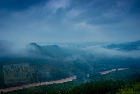 pemandangan lembah kali oya lautan kabut tertutup mendung dari atas Bukit Panguk Kediwung Mangunan Dlingo Bantul Yogyakarta