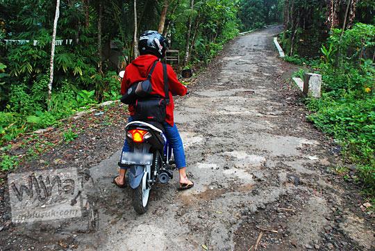 medan jalan desa rusak terjal licin menuju Bukit Panguk Kediwung Mangunan Dlingo Bantul Yogyakarta
