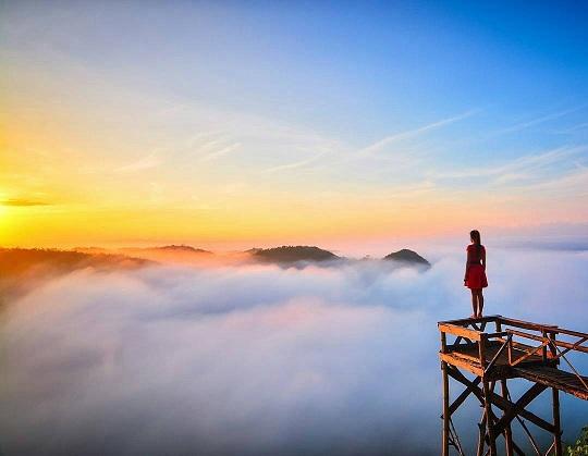 pemandangan indah lautan kabut awan dari puncak Bukit Panguk Kediwung Mangunan Dlingo Bantul Yogyakarta