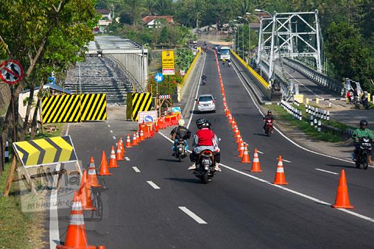 arus jalan raya Jogja Wates dialihkan karena ada pembongkaran perbaikan lantai jembatan bantar II