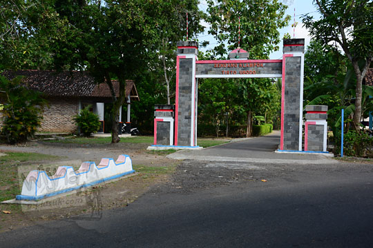 gapura di desa Salamrejo Sentolo Kulon Progo yang mengarah ke mata air keramat Sendang klampok atau Sendang Tirto Husodo yang dipercaya berkhasiat menyembuhkan segala penyakit kanker