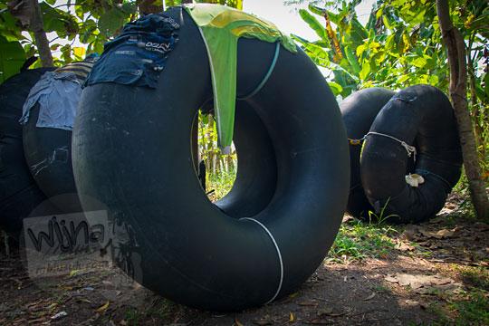 ban-ban besar berwarna hitam berukuran besar mirip seperti ban river tubing yang dipakai oleh para penambang pasir Kali Progo