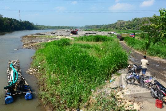 pemandangan suasana salah satu tambang pasir di pinggir Kali Progo yang masuk wilayah kecamatan Sentolo banyak truk-truk pasir hilir mudik