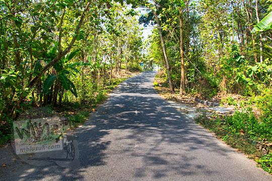 penampakan medan jalan tanjakan di ruas jalan raya sentolo brosot menuju ke arah kecamatan lendah di Kulon Progo Yogyakarta