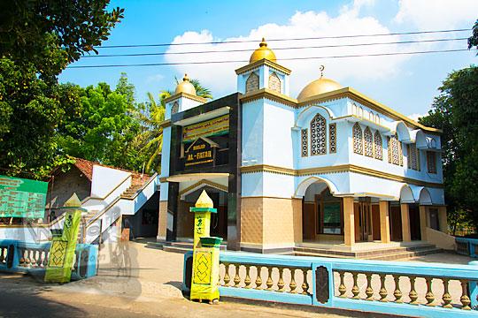 tampilan wujud bangunan tampak depan alamat masjid al-fatah di desa Ngentakrejo Lendah Kulon Progo