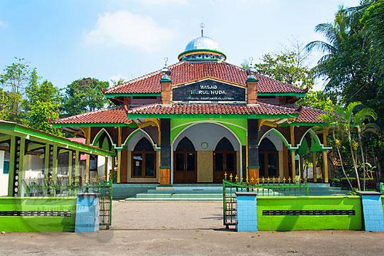 tampilan wujud bangunan tampak depan alamat masjid nurul huda di desa Ngentakrejo Lendah Kulon Progo