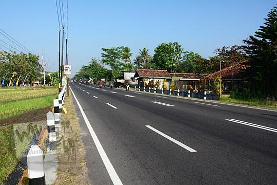 suasana jalan raya provinsi jogja wates yang sepi kendaraan pada hari minggu
