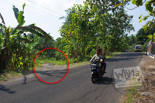 lokasi letak ruas cabang jalan setapak kecil yang mengarah ke pinggir Kali Progo dengan pemandangan indah fotogenik bisa lihat sunset di wilayah Kulon Progo