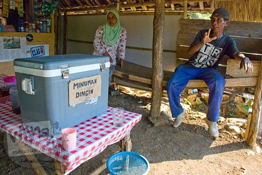 mengobrol wawancara dengan warga Pantai Timang Gunungkidul Yogyakarta di warung sederhana