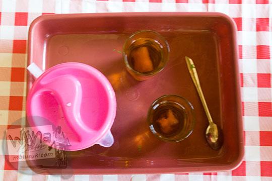 teh hangat disajikan di warung sederhana Pantai Timang Gunungkidul Yogyakarta