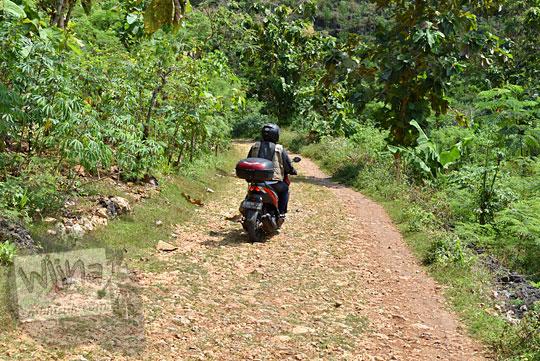sepeda motor lewat jalan rusak pantai Timang Gunungkidul Yogyakarta