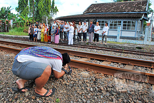 aksi memotret peserta cantik jelajah heritage stasiun tua jogja