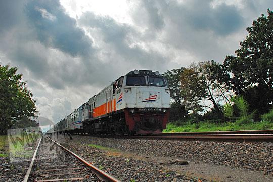 kereta argo lawu melintas stasiun maguwo lama