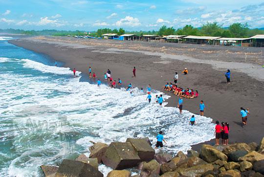 anak sd seboropasar ngombol purworejo berwisata main air bersama ibu guru cantik selingkuh di pantai glagah kulon progo yogyakarta