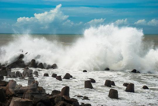 jadwal musim bulan ombak besar di pantai glagah kulon progo yogyakarta