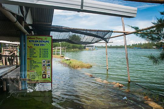 pemandangan suasana banjir air laut pasang menggenangi warung kios kolam renang di pantai glagah kulon progo yogyakarta