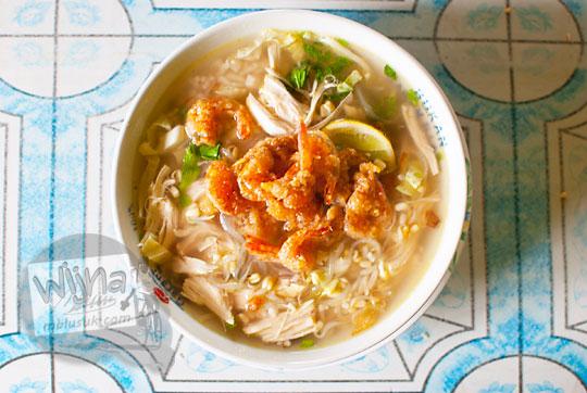 makanan kuliner unik soto ayam dengan topping udang goreng enak lezat khas pantai glagah kulon progo yogyakarta
