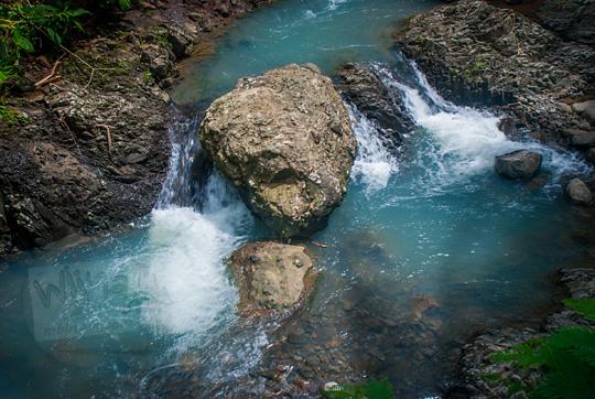 foto sungai cantik fotogenik dari atas jembatan di girimulyo kulon progo yogyakarta