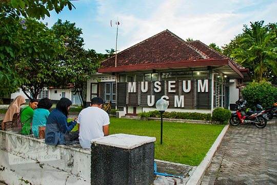 tampak luar rumah tua dosen UGM nomor D-6 yang dijadikan bangunan Museum Universitas Gadjah Mada di Bulaksumur Sleman Yogyakarta