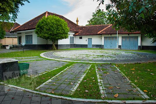 halaman rumah tua dosen UGM nomor D-6 dan D-7 dihubungkan jadi satu sebagai Museum Universitas Gadjah Mada Yogyakarta