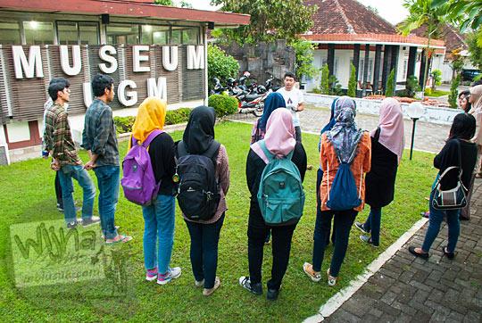 kerumunan mahasiswi cewek berjilbab mendengarkan penjelasan Erwin Djunaedi dari komunitas Malam Museum di halaman Museum Universitas Gadjah Mada Yogyakarta